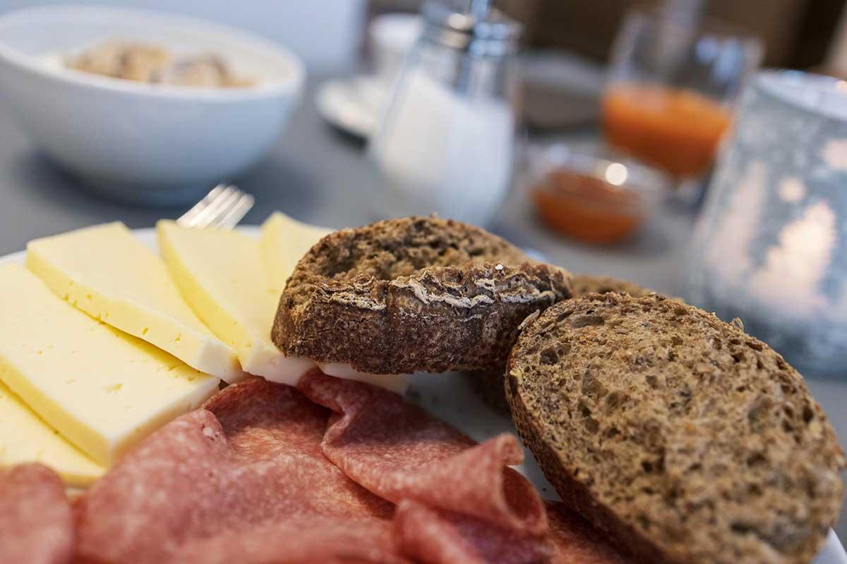 formaggi salumi e pane per colazione